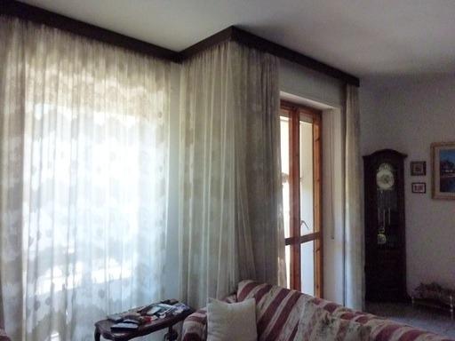 fineste del salone, una con accesso al balcone